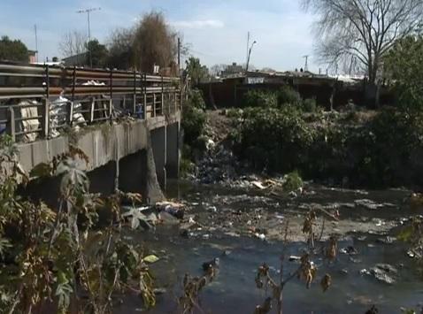 Vecinos de Villa Tesei reclaman por la contaminacion del arroyo Moron en Hurlingham