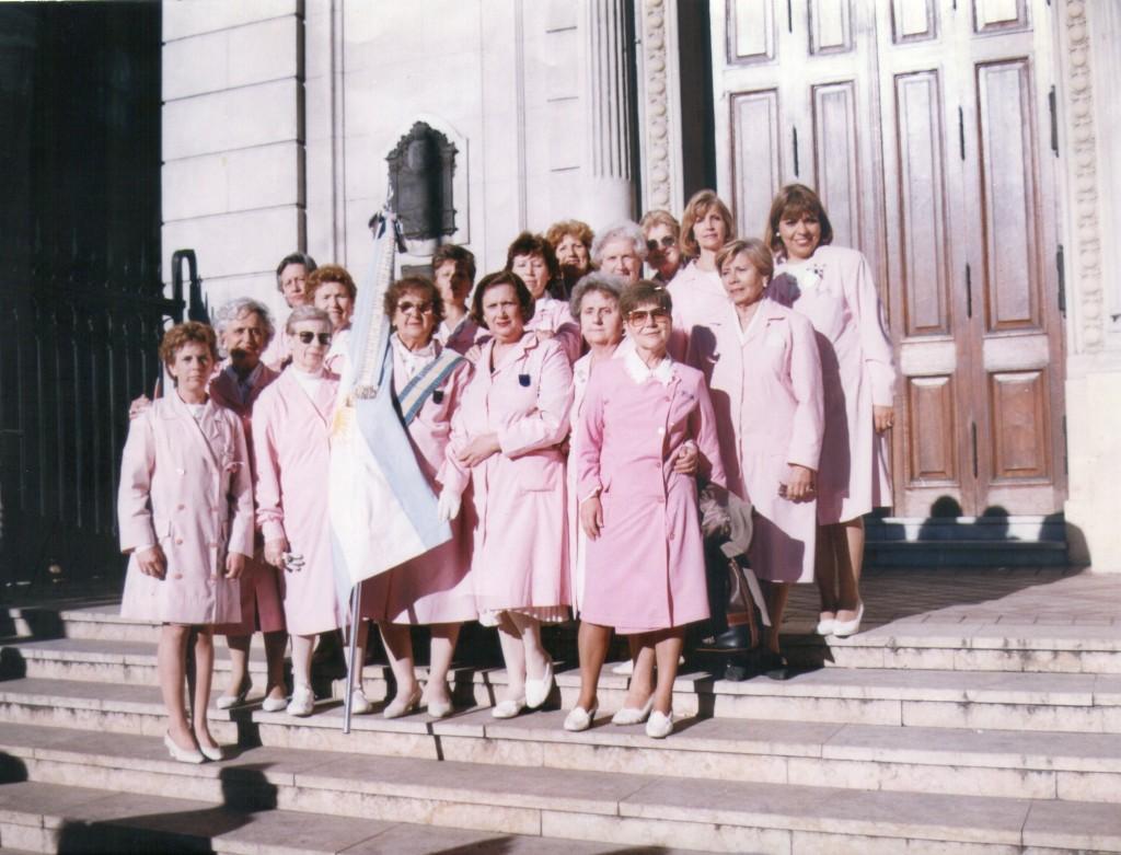 Una vieja foto de las voluntarias Damas de Rosa Hospital San Bernardino