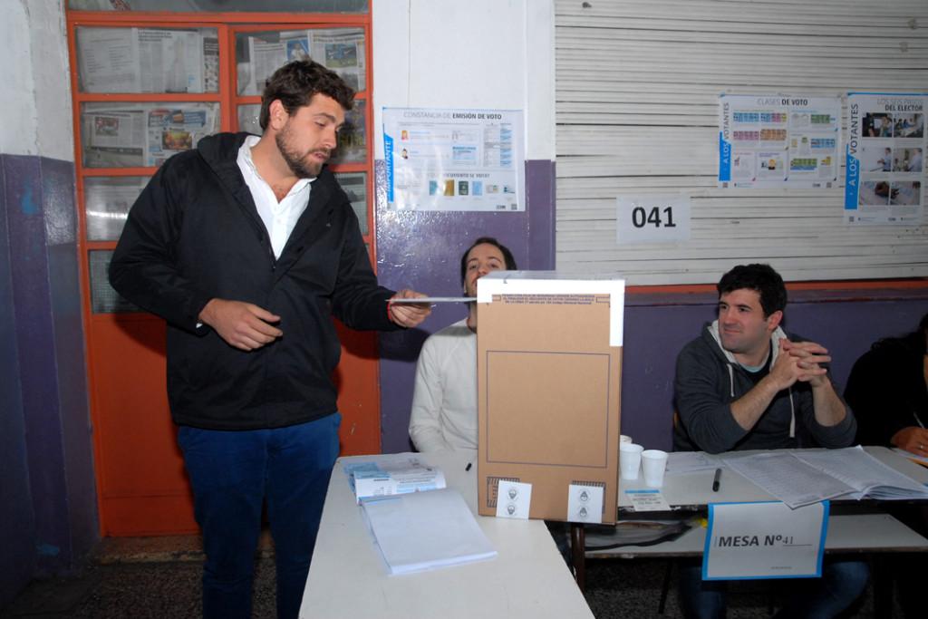 Lucas Delfino emite su voto