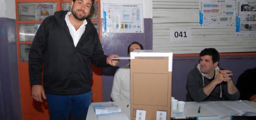 Lucas Delfino vota en Elecciones 2015