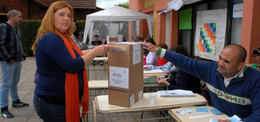 Estela Ramazoti del FIT votando