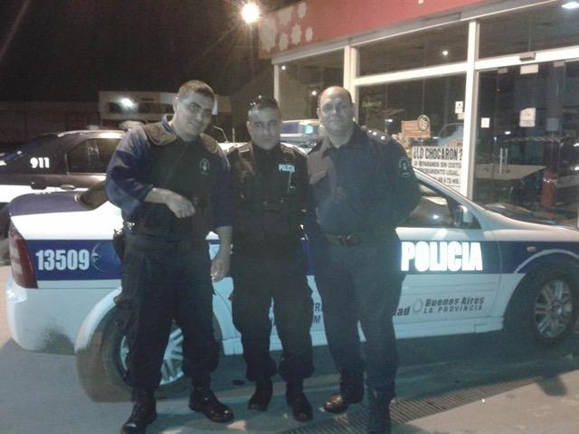 NOTA 2 FOTO Exonerados que siguen usando uniforme policial y armas, y cumplen funciones en el Municipio.